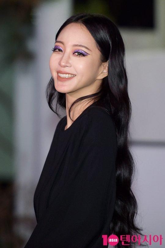 Han Ye Seul cesur bir göz makyajıyla kameralar karşısına çıktı