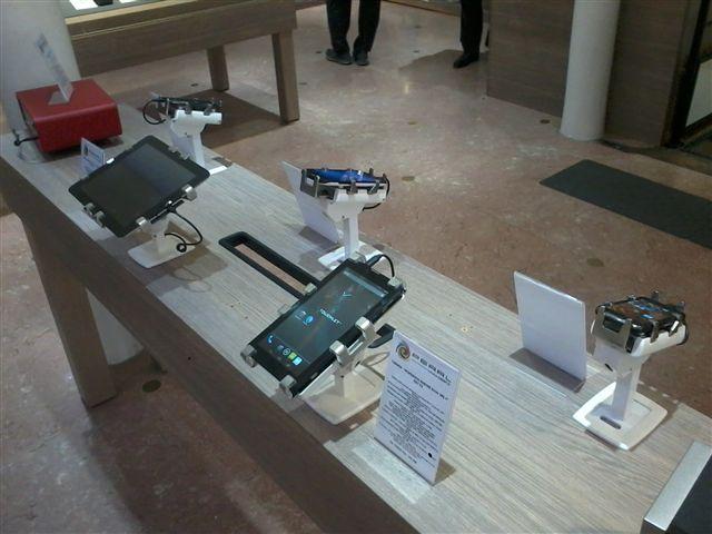 手機展示防盜架,法國巴黎零售店使用Gripzo展示防盜產品的狀況,平板防盜支架,平板防盜鎖