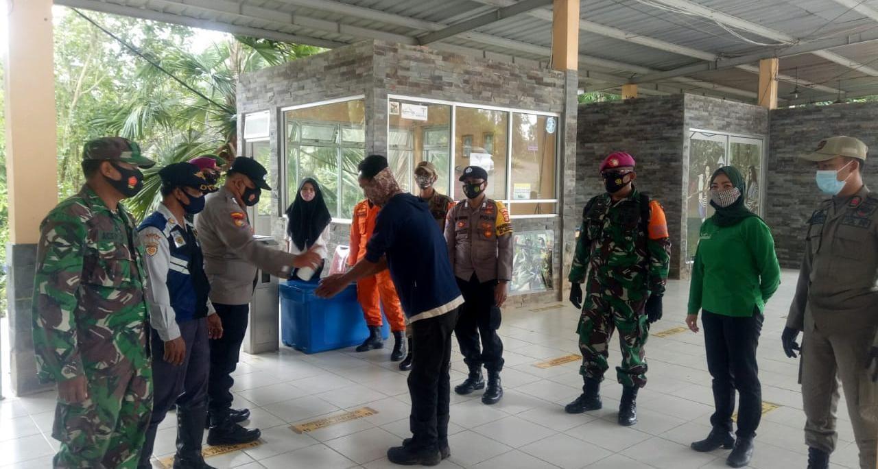 Babinsa Koramil 410-05TKP Kodim 0410KBL Sertu Acep  yang tergabung dalam Tim 14 Gugus Tugas Penanganan Covid-19 menyambangi tempat wisata alam Lembah Hijau