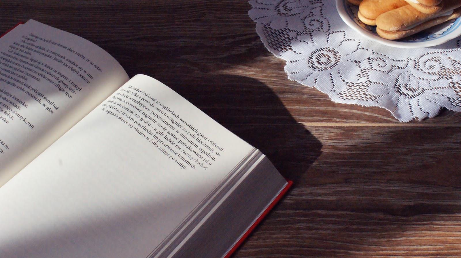 książka, ciastka, czytam, book, kocham czytać, zdjęcie książki, gdzie tanio kupować, gdzie kupować książki, tanie książki, kup teraz, dedalus, matras, oczytani, czytam.pl, aros, taniaksiążka, księgarnie internetowe, dyskont z książkami