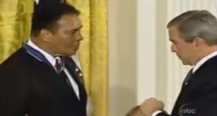 تصرف غير متوقع من محمد علي كلاي حين حاول بوش السخرية منه