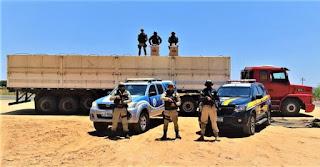 PRF e PMBA prendem contrabandista com caminhão lotado de cigarros contrabandeados, em Guanambi
