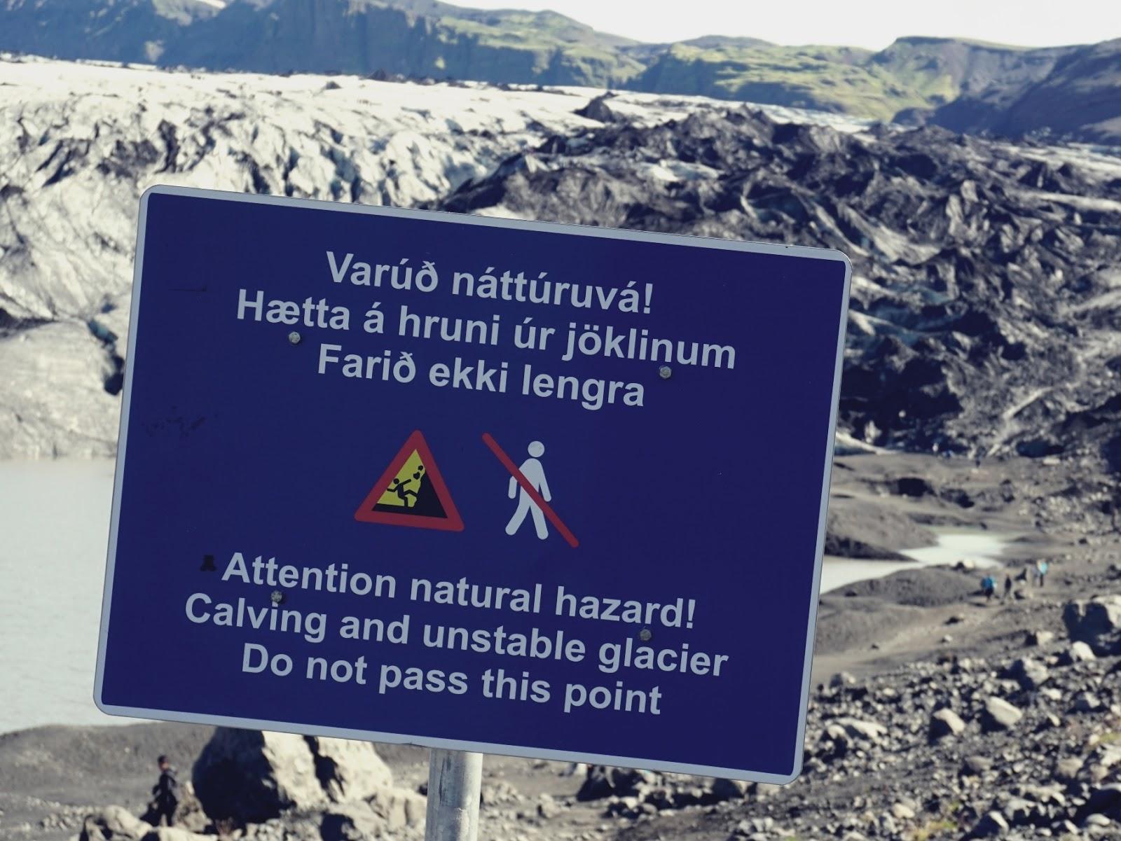 znak ostrzegawczy, Lodowiec Solheimajokull, lodowiec, Myrdalsjokull, Islandia, południowa Islandia, zwiedzanie Islandii, panidorcia, Pani Dorcia blog, blog o Islandii, co zwiedzić w Islandii