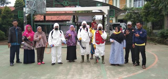 Cegah Corona, PMI Kota Bekasi Semprot Disinfektan di SMPN 32 Bekasi