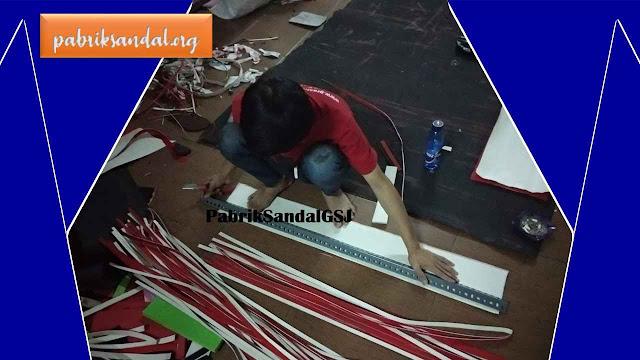 Proses Pembuatan Sandal Spon di Pabrik Sandal GSJ- Garut, Jawa Barat