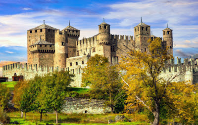 Castello medievale di Fenis - Aosta - Vacanze in Italia.