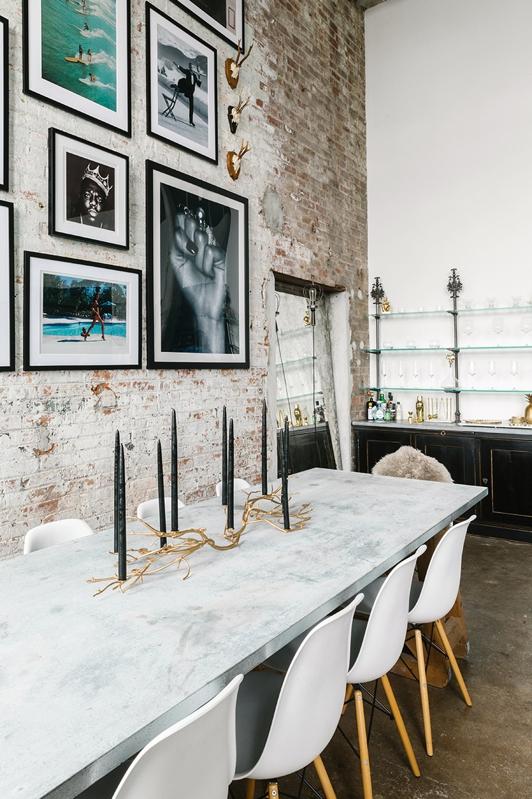 mesa de marmol y silla eames de resina blanca