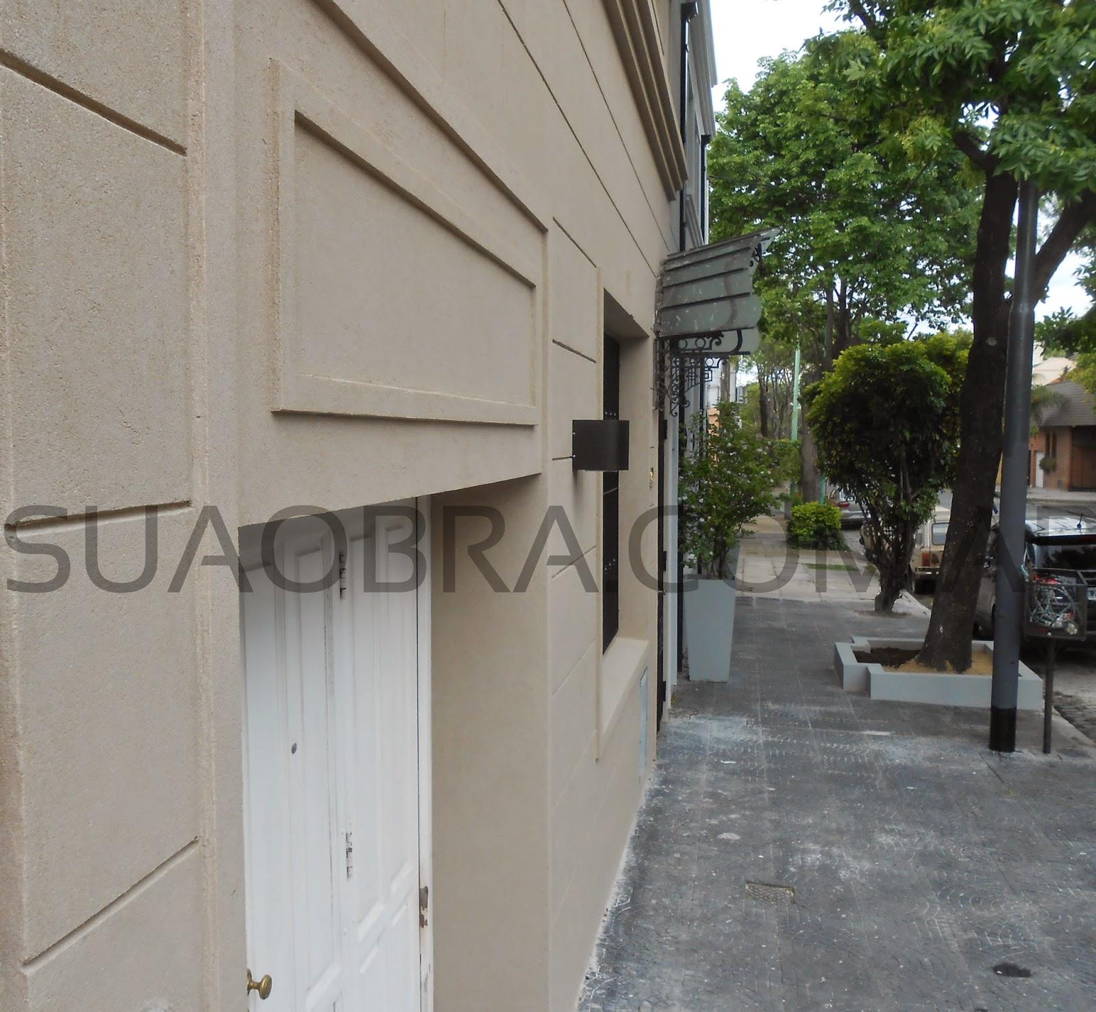 Renovaci n de fachada con revoque plastico sobre for Renovacion de casas viejas