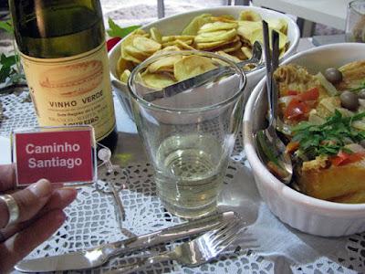 prato de comida e de batatas fritas, garrafa e copo de vinho , chaveiro com as palavras Caminho de Santiago