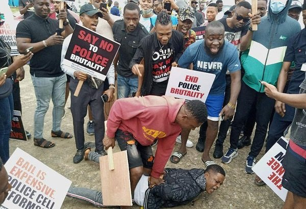 Drama As Lagos #EndSARS Protesters Arrest Man For Stealing Phone