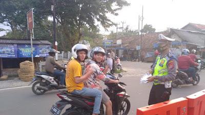 Polsek Serang Bagikan Puluhan Masker Kepada Penggguna Jalan