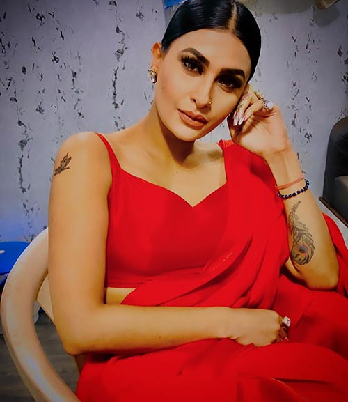 Pavitra Punia sizzles in the saree with backless blouse Navel Queens
