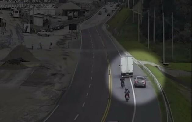 Motorista de carro de luxo é flagrado cometendo 5 infrações de trânsito em 20 minutos na Tamoios