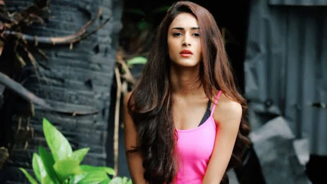 Perfect : How to pose for a perfect Instagram click? Take a tip from Erica Fernandes