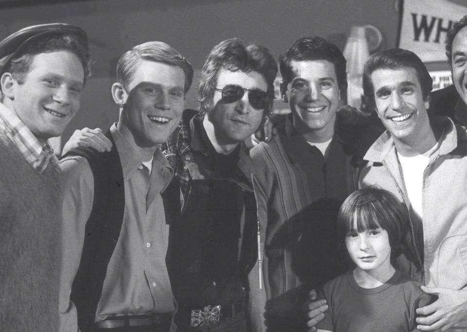 John Lennons Former Girlfriend May Pang Shared A Photo Showing The Happy Days Gang Posing In 1974 With And His Then Young Son Julian