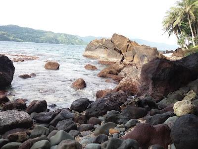 tebing bebatuan di pulau teunom
