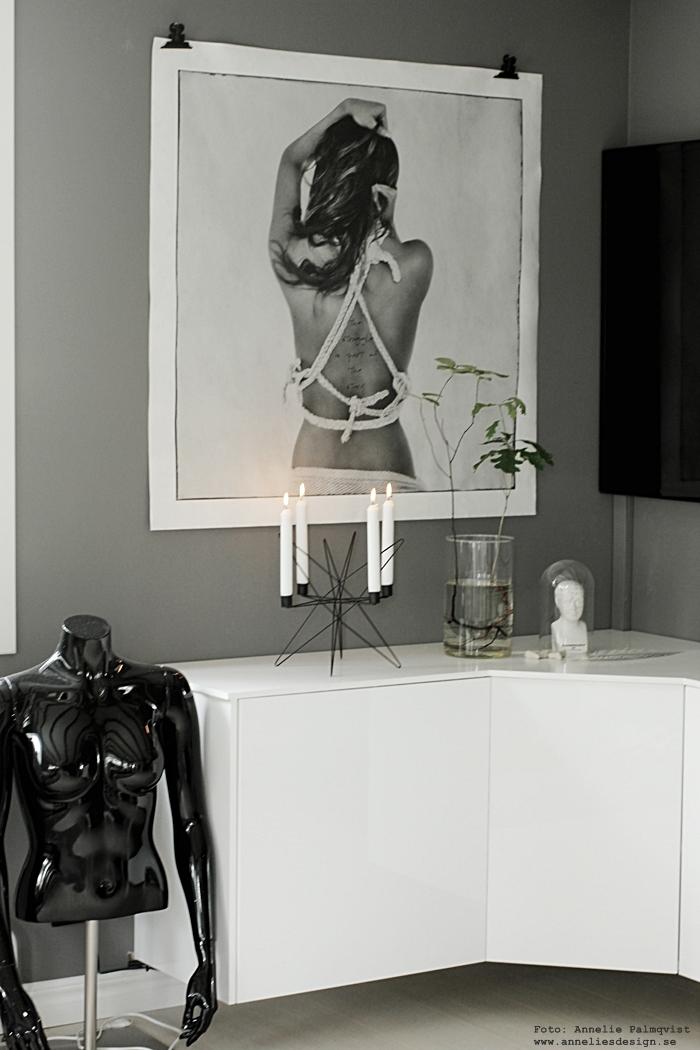 tvbänk, mediamöbel, ikea, diy skåp, diy bänk, i vinkel, ljusstake, ansikte kruka, krukor, ansikten, växt i vas, växter med synliga rötter, vardagsrum, vardagsrummet, grå, gråa, grått, vitt, vit, vita, svart och vitt, svartvit, svartvita, svartvit inredning, tv, bänk, bänkar, annelies design, webbutik, webbsuitker, webshop, nätbutik, nätbutiker, online