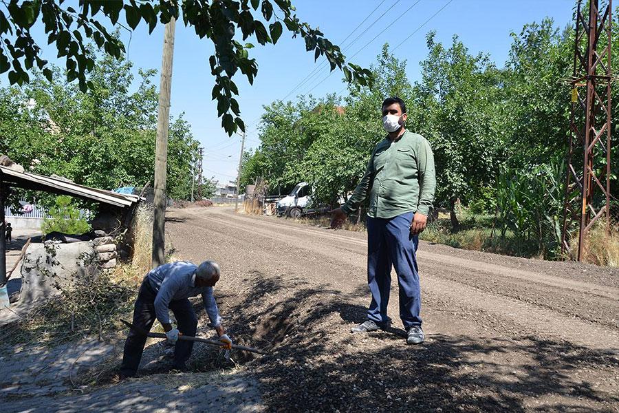 Yolaltı Mahalle sakinleri: yanlş yapılan asfalttan dolayı yağmur suyu evimize giriyor