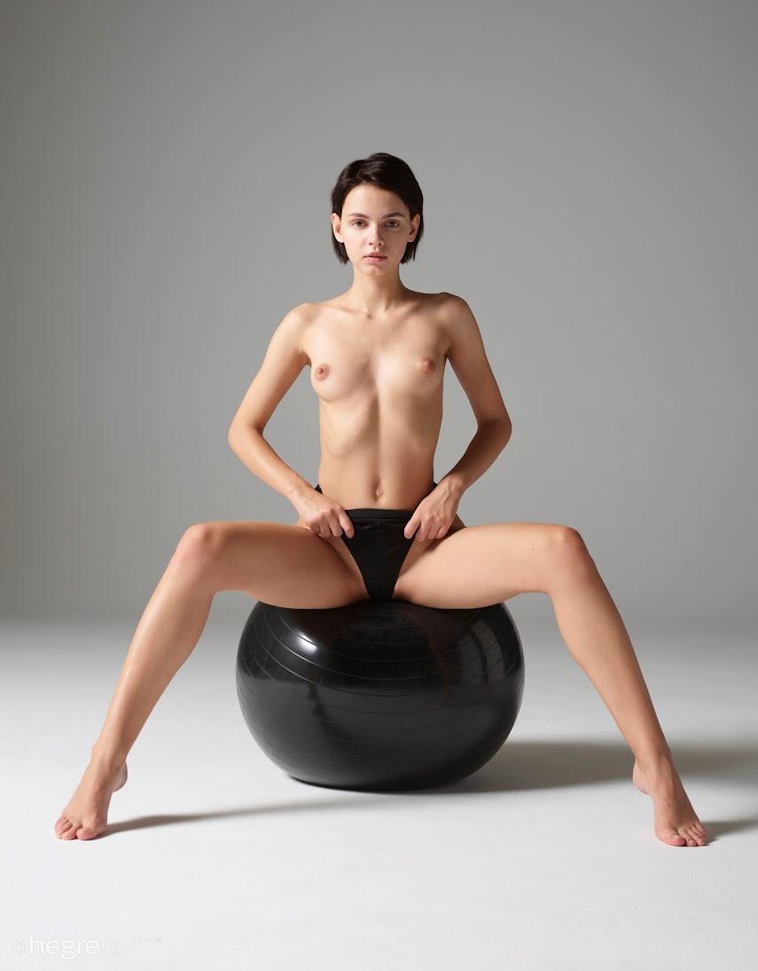 [Art] Ariel - Naked Workout