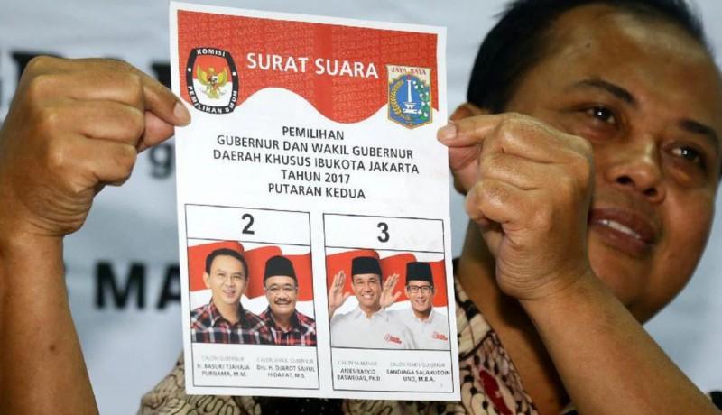 Sumarno memperlihatkan surat suara Pilkada DKI putaran kedua