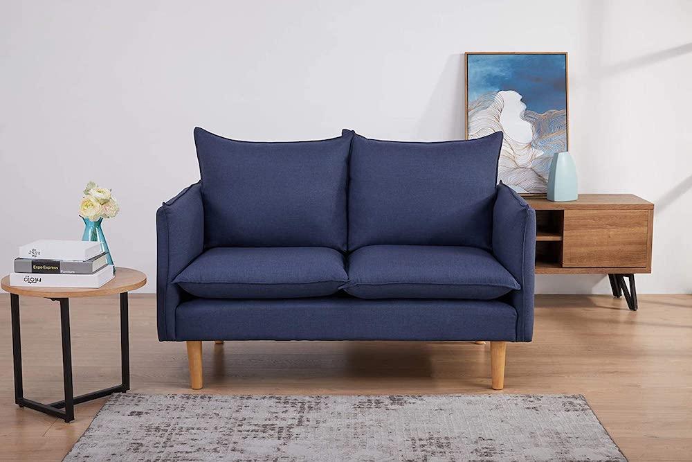 Sofá tapizado con patas para espacios pequeños