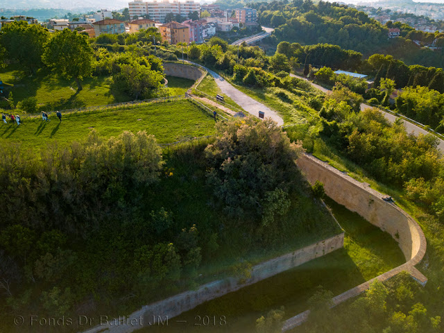 Forte Altavilla — Plateforme d'artillerie et son escarpe en terre coulante