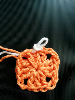 ソリッドグラニースクエアの編み方1段目の終わり
