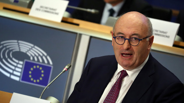 Dimite el comisario de Comercio europeo tras ser acusado de violar las reglas contra el coronavirus por asistir a una cena con más de 80 personas