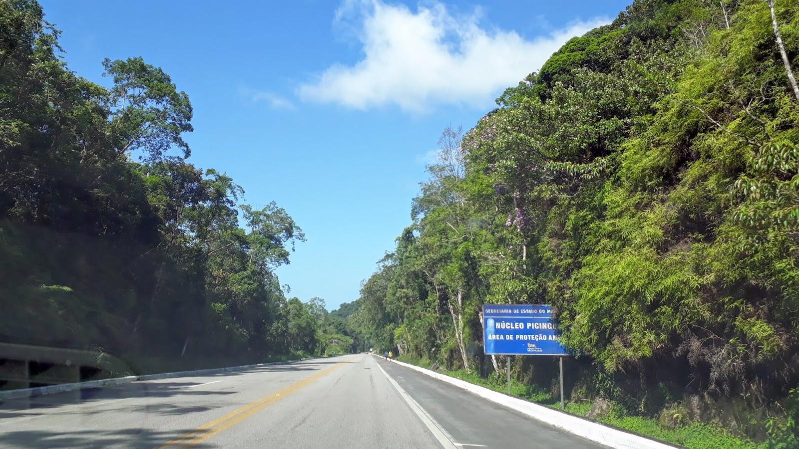 Rodovia Rio-Santos com a placa de Picinguaba