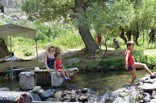 Yolanda y los niños refrescandose.