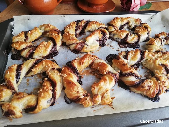 Roscas de hojaldre con chocolate y almendra
