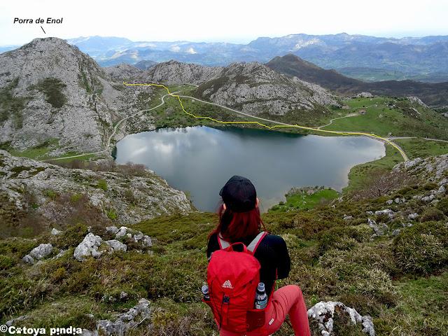 Vistas al Lago Enol y la Porra de Enol.