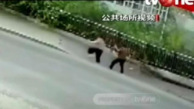 Video: Detik-detik Trotoar Ambles di China, Dua Orang Terjatuh