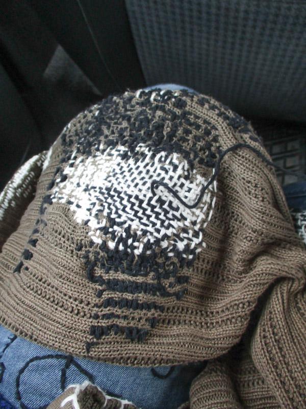 Ikuisen neuletakin kyynärpään korjaus automatkalla
