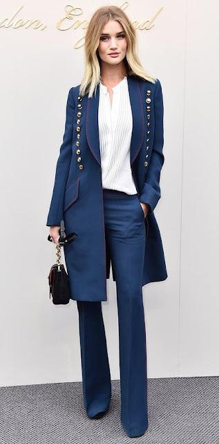 Look do dia de Rosie Huntington Camisa branca plissada, calças azuis, casaco azul com botões dourados e uma mini-bag