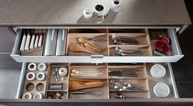 Cajón con compartimentos para mantener orden en la cocina