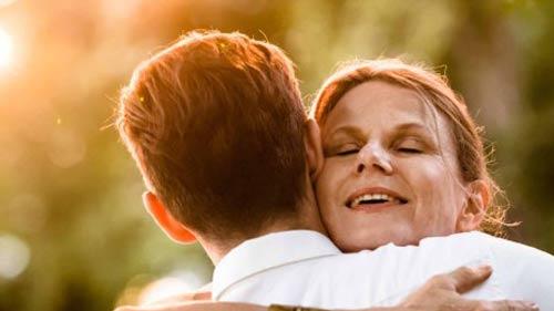 memeluk ibu
