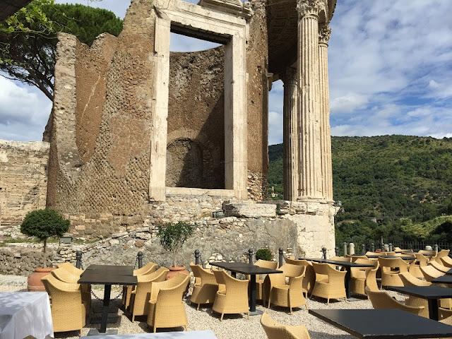 Mesas externas do Ristorante Sibilla em Tivoli