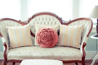 cuscino a forma di rosa con un maglione vecchio
