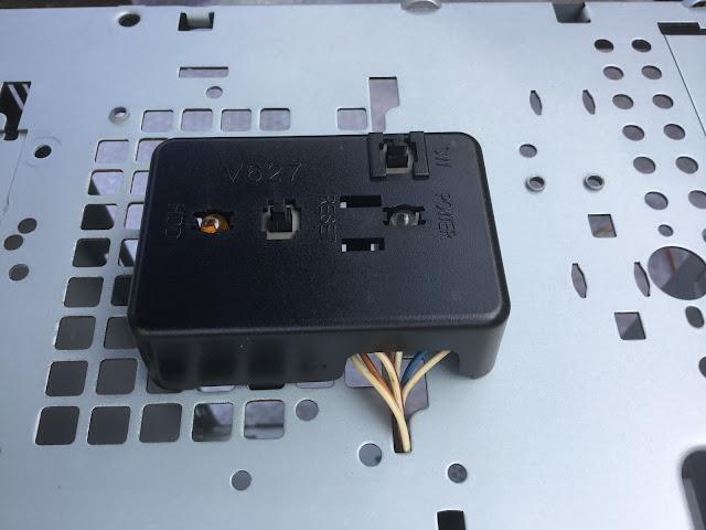 電源とリセットボタンをコードを這わせつつ設置