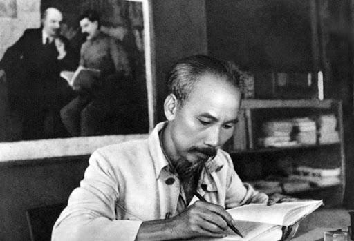 Vai trò của pháp luật trong việc xây dựng đạo đức cho đội ngũ cán bộ lãnh đạo chính trị ở Việt Nam hiện nay