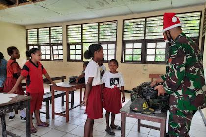 Jelang Pergantian Tahun, Satgas Yonif MR 413 Kostrad Berikan Hadiah Kepada Anak Perbatasan RI-PNG