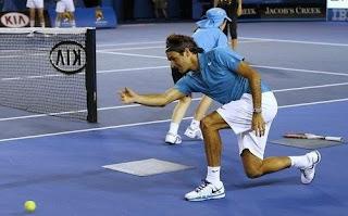Roger Federer Tenis Topu Topluyor