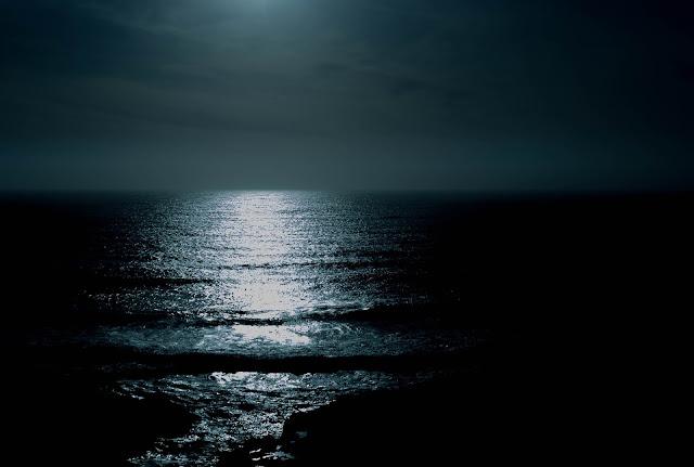 Imagen de un mar en noche cerrada, oscuro