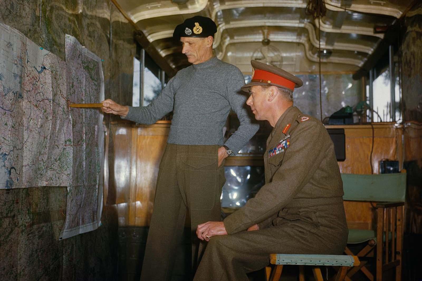 Sir Bernard Montgomery tábornagy magyarázza el a szövetségesek stratégiáját VI. György királynak hollandiai karavánjában.  1944.