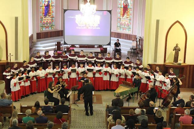 Canarinhos de Petrópolis realizam concerto de páscoa pela internet