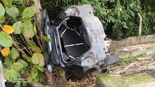 Menores tomam carro de aplicativo por assalto e na fuga capotam veículo