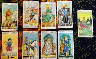 La Emperatriz con las figuras de Copas y Espadas- Tarot Universal