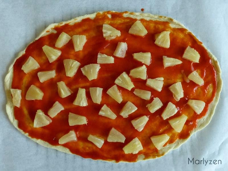 Etalez la sauce tomate, ajoutez l'ananas.
