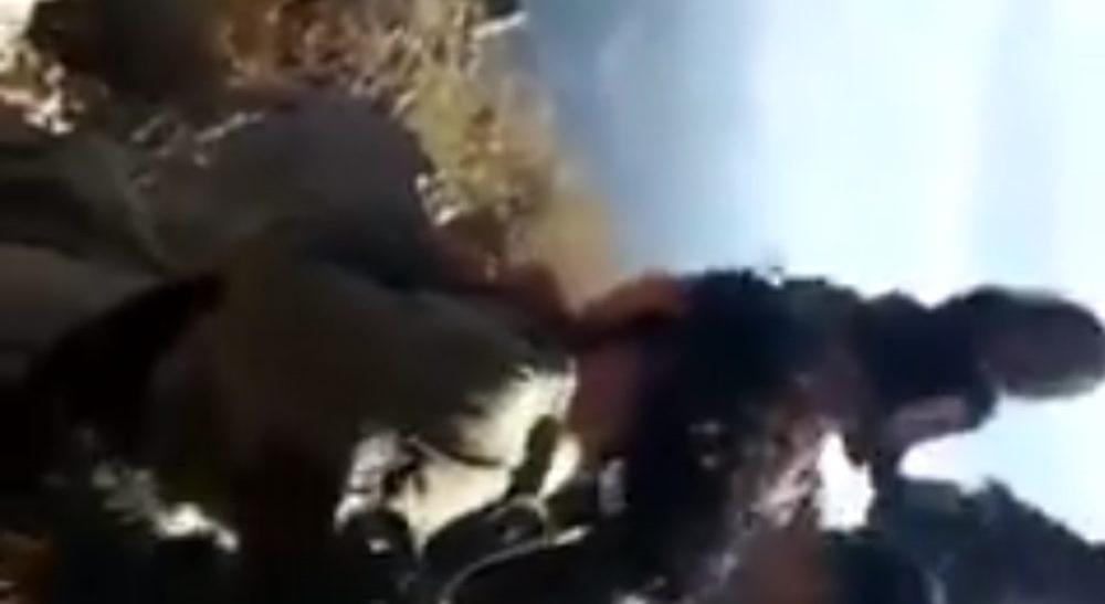 Τούρκοι εκτελούν Κούρδισσες μαχήτριες – Τις πετούν με κλωτσιές μέσα σε λάκκο